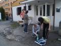 Mytí odpadkových košů a třídění věcí z kumbálku