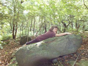 A to už po něm pátráme v Oseku. Cecilka si našla kámen s perfektním výhledem.